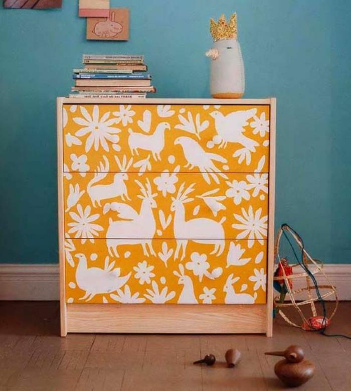 joli-commode-en-bois-relooker-un-meuble-en-bois-de-couleur-jaune-avec-decoration-en-forme-d-oiseaux