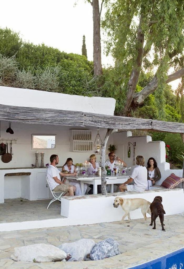 joli-cour-devant-maisons-familiales-de-vacances-de-style-grec-avec-piscine-d-exterieur