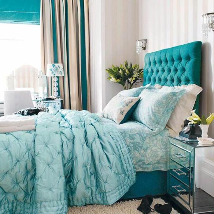 joli-design-de-lit-captionné-avec-tete-de-lit-captionnée-de-couleur-bleu-foncé-en-cuir