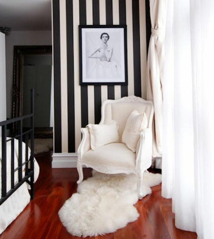 joli-design-de-papier-peint-dans-la-chambre-a-coucher-moderne-fauteil-blanc-et-tapis-fousse-fourrure