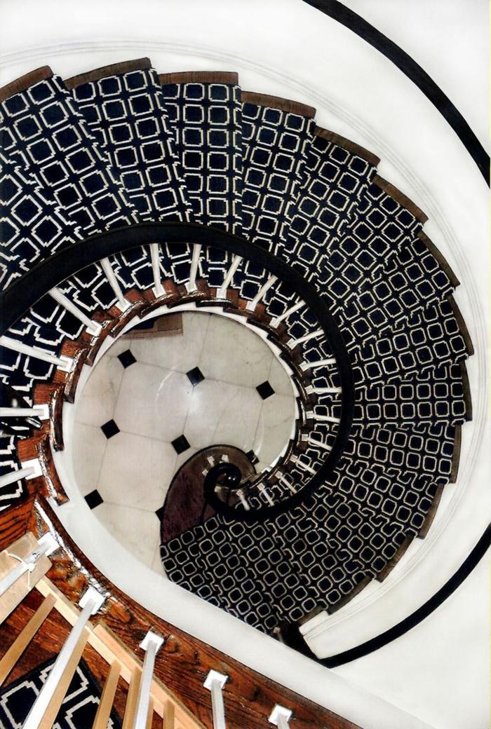 joli-escalier-demi-tournant-blanc-noir-pour-avoir-un-joli-interieur-moderne