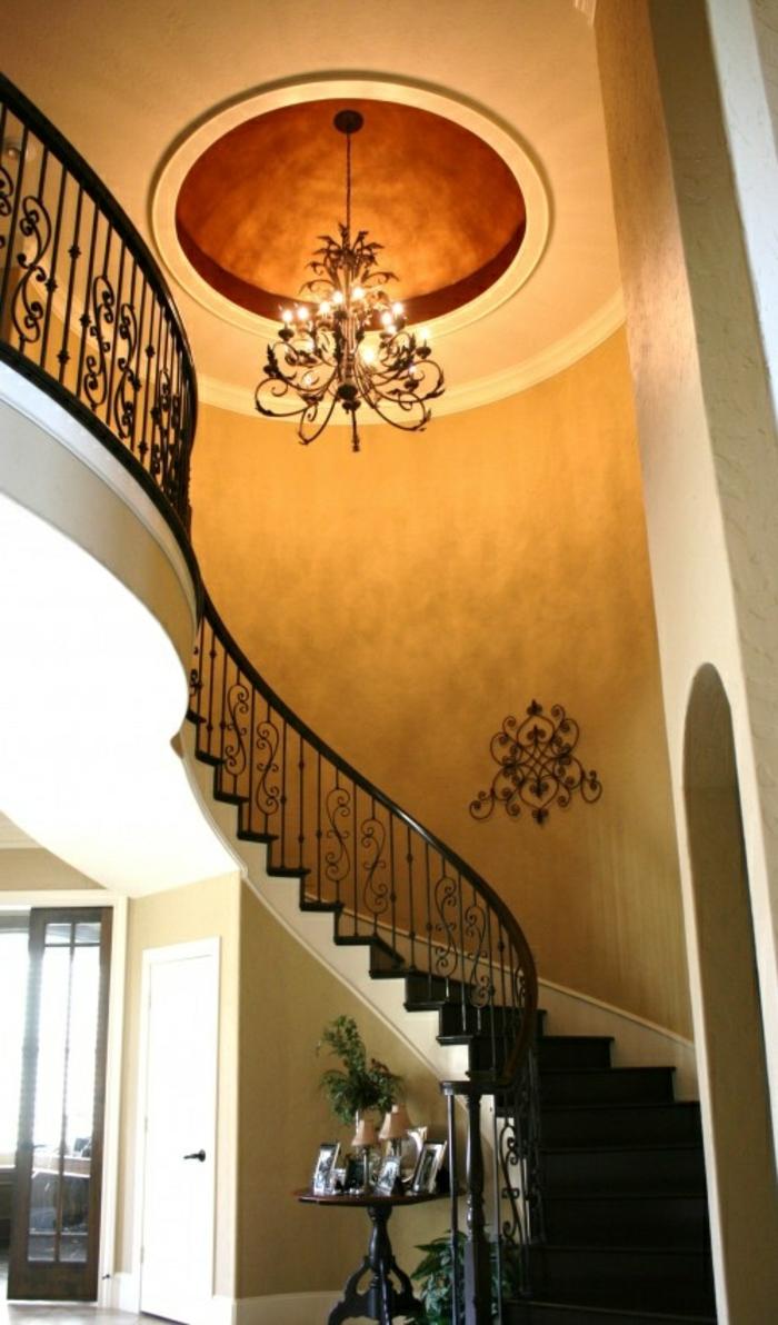 joli-escalier-demi-tournant-plafond-beige-et-lustre-baroque-en-fer-escalier-tournant