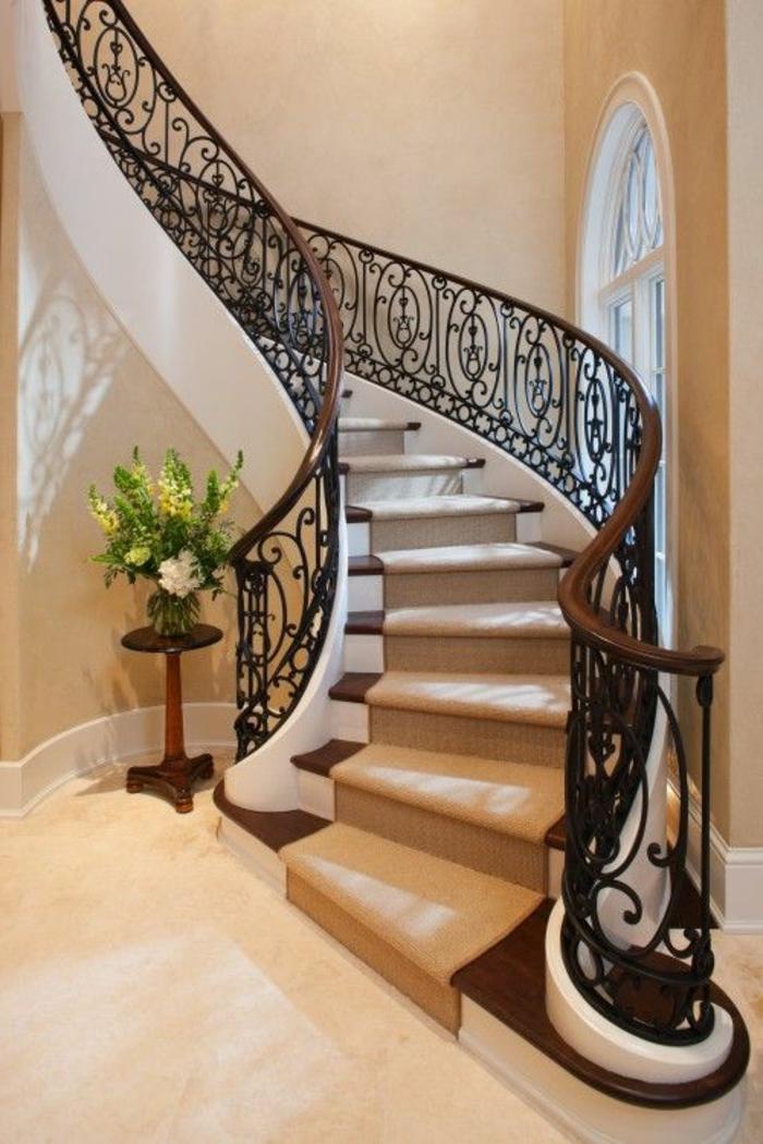 joli-escalier-moderne-tournant-dans-l-entree-de-la-maison-chemin-d-escalier-beige