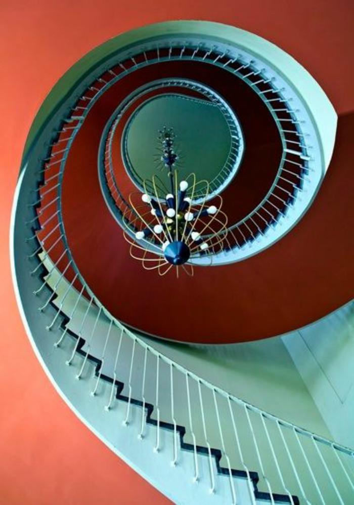 joli-escalier-quart-tournant-bleu-et-rouge-pour-un-interieur-retro-chic-baroque-quel-escalier-choisir
