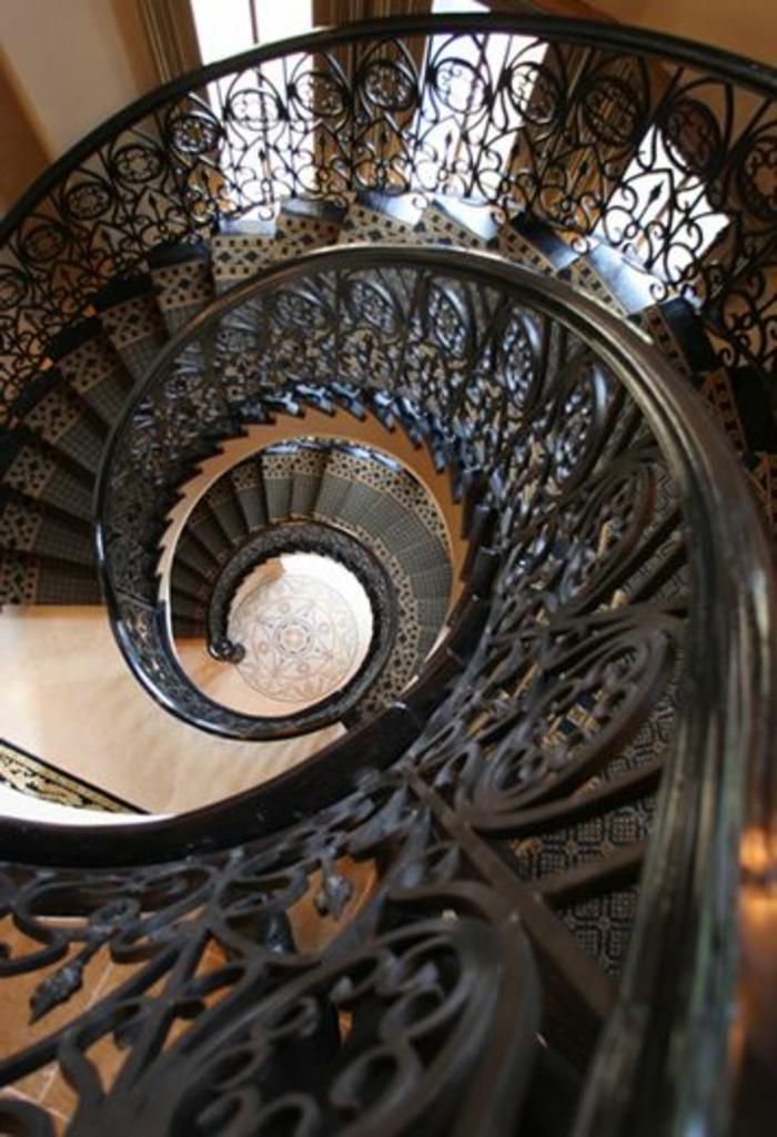 joli-escalier-tournant-en-fer-noir-et-bois-comment-avoir-le-meilleur-escalier-tournant