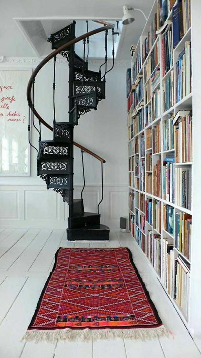 joli-escalier-tournant-en-fer-noir-et-tapis-rouges-de-style-retro-chic-sol-en-planchers-blancs