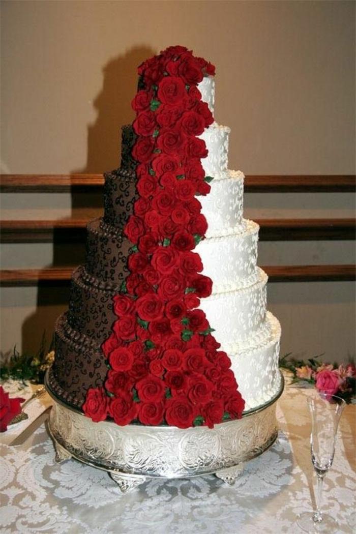 joli-et-grand-gateau-de-mariage-pièce-montée-avec-decoration-en-roses-rouges