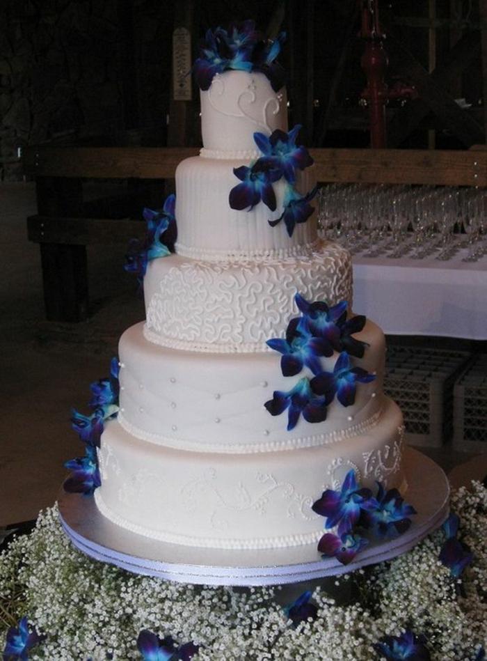 joli-et-original-gateau-de-mariage-pièce-montée-avec-decoration-blanche-et-bleu-fleurs-bleus