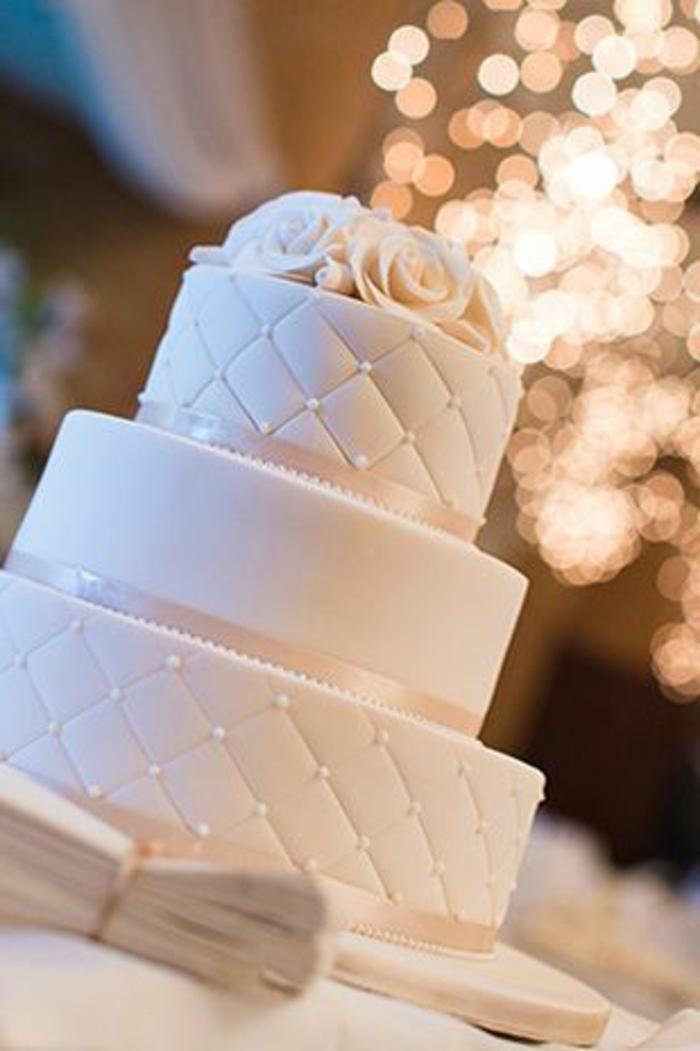 joli-et-original-wedding-cake-blanc-avec-decoration-en-perles-blancs-et-fleurs