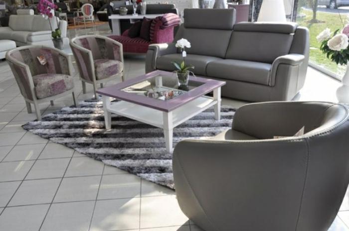 joli-fauteuil-cabriolet-conforama-gris-pour-le-salon-avec-carrelage-gris-et-fleurs
