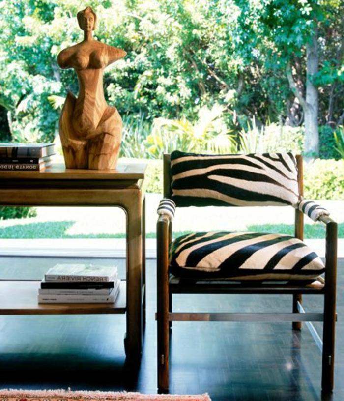 joli-fauteuil-zèbre-blanc-et-noir-et-chaise-d-intérieur-moderne-avec-peau-d-animal