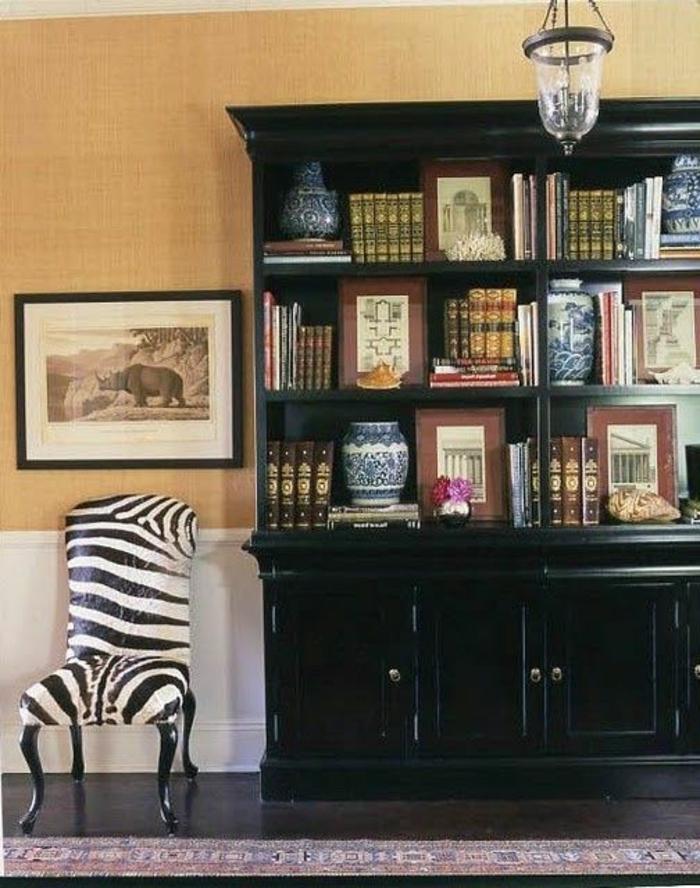 joli-fauteuil-zebre-pour-le-salon-de-style-retro-chic-meuble-vintage-et-mur-beige