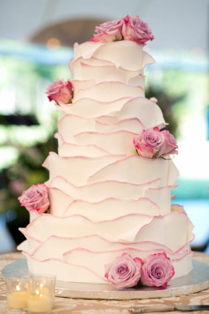 joli-gateau-de-mariage-pièce-montée-coux-mariage-decoration-avec-roses-fleurs