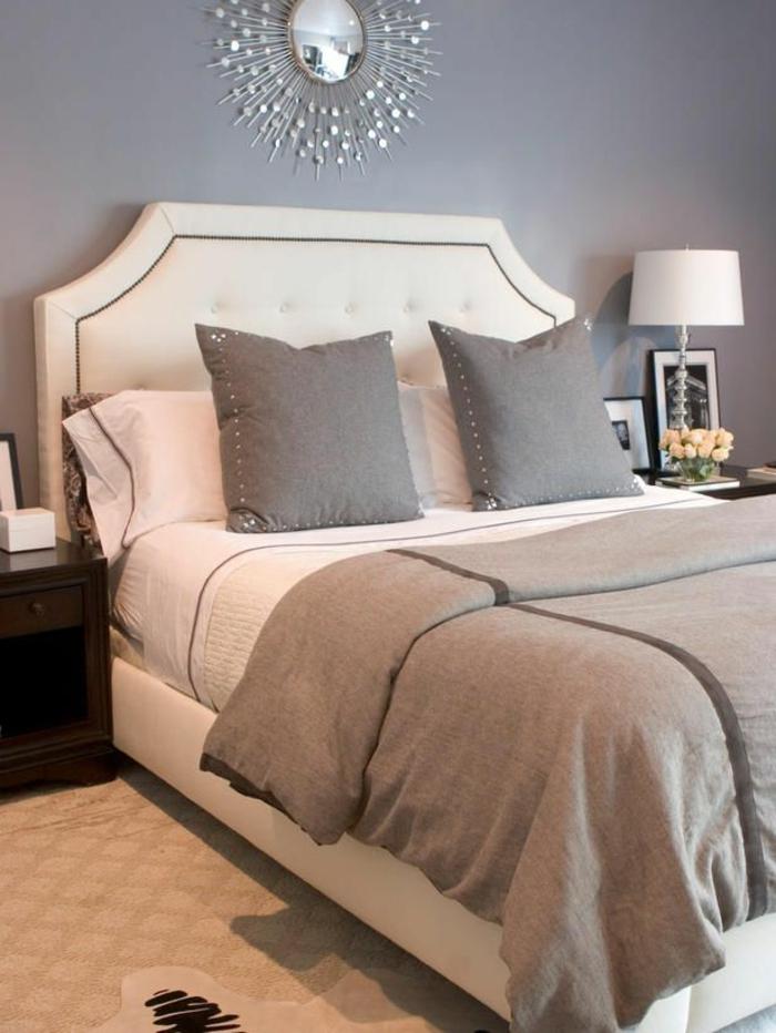 joli-lit-captionné-dans-la-chambre-a-coucher-moderne-avec-couverture-beige-et-coussins
