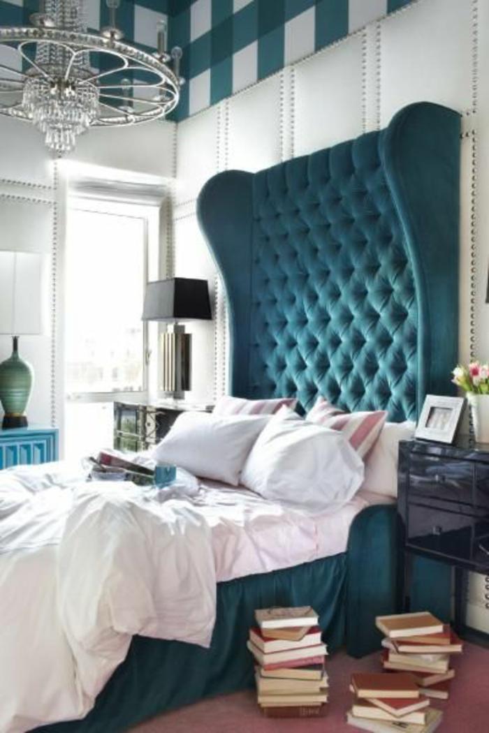 joli-meuble-baroque-pas-cher-bleu-foncé_pour-la-chambre-a-coucher-avec-tete-de-lit-capitonné