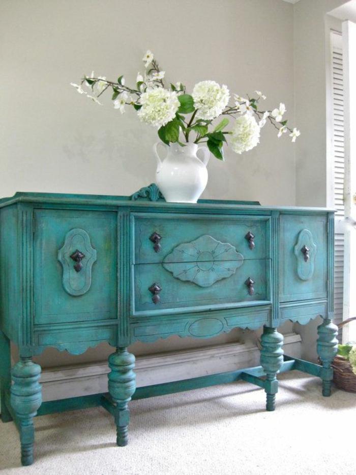 joli-meuble-retro-chic-de-couleur-bleu-foncé-et-fleurs-sur-le-commode-en-bois-relooker-un-meuble-en-bois