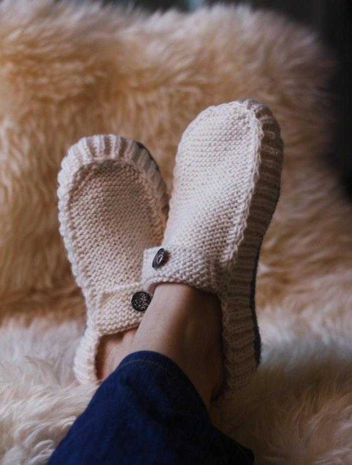 joli-pantoufles-tricotes-de-couelur-beige-pale-pour-avoir-chaud-chez-vous