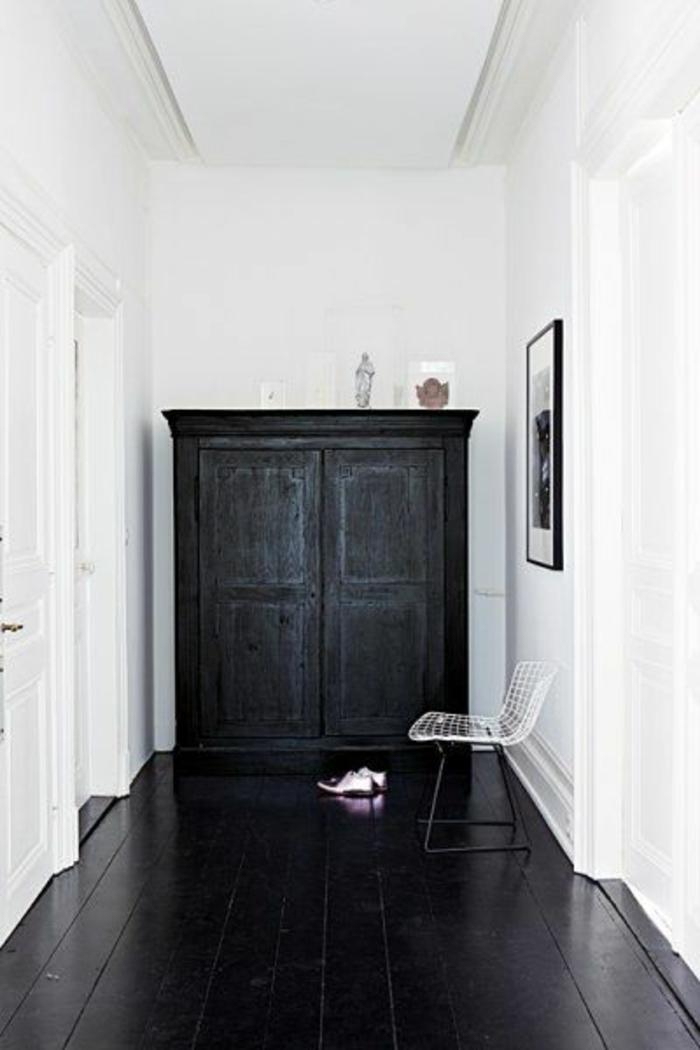joli-parquet-noir-dans-le-couloir-moderne-murs-blancs-et-plafond-blanc-sol-en-planchers-noirs