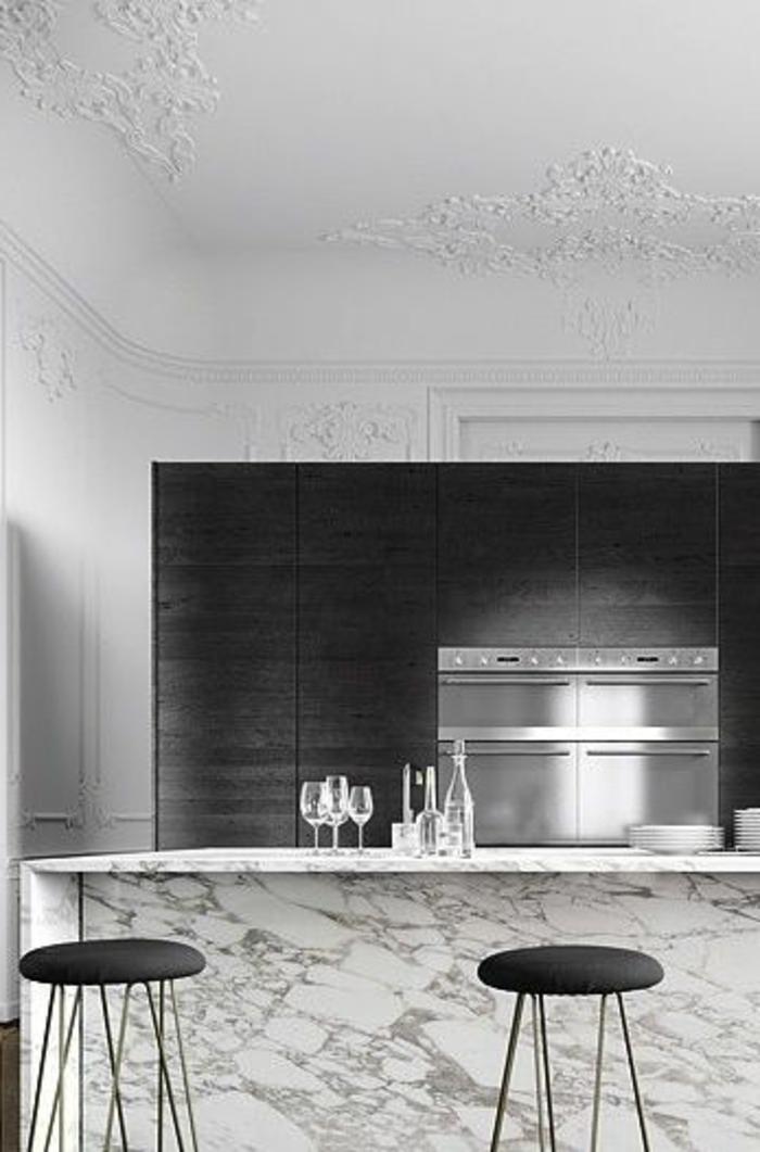 joli-plafond-blanc-dans-la-cuisine-moderne-avec-credence-en-marbre-et-bar-de-cuisine