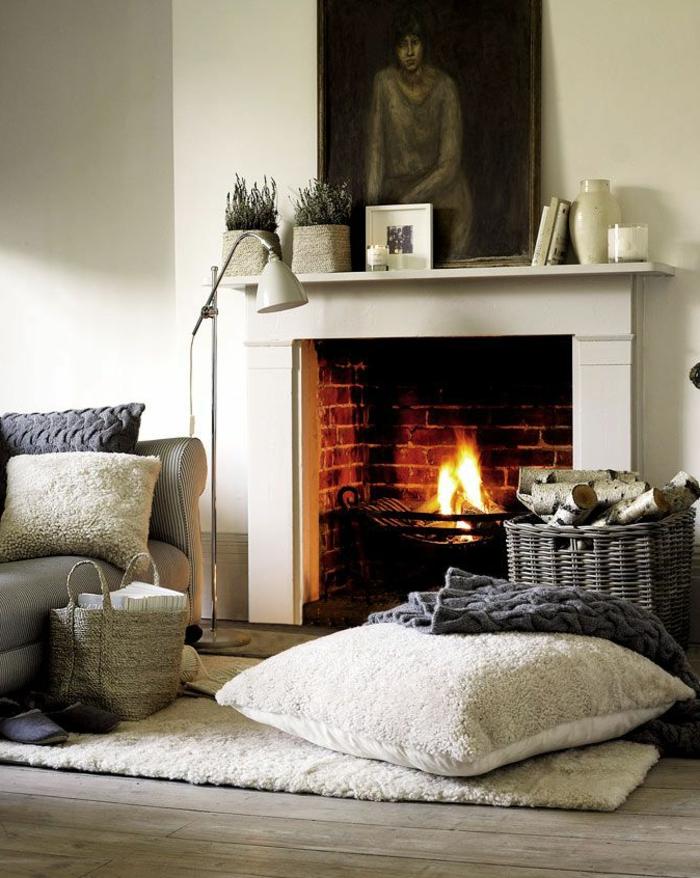 joli-salon-avec-cheminéе-d-interieur-moderne-tapis-beige-coussin-de-sol-lampe-de-salon