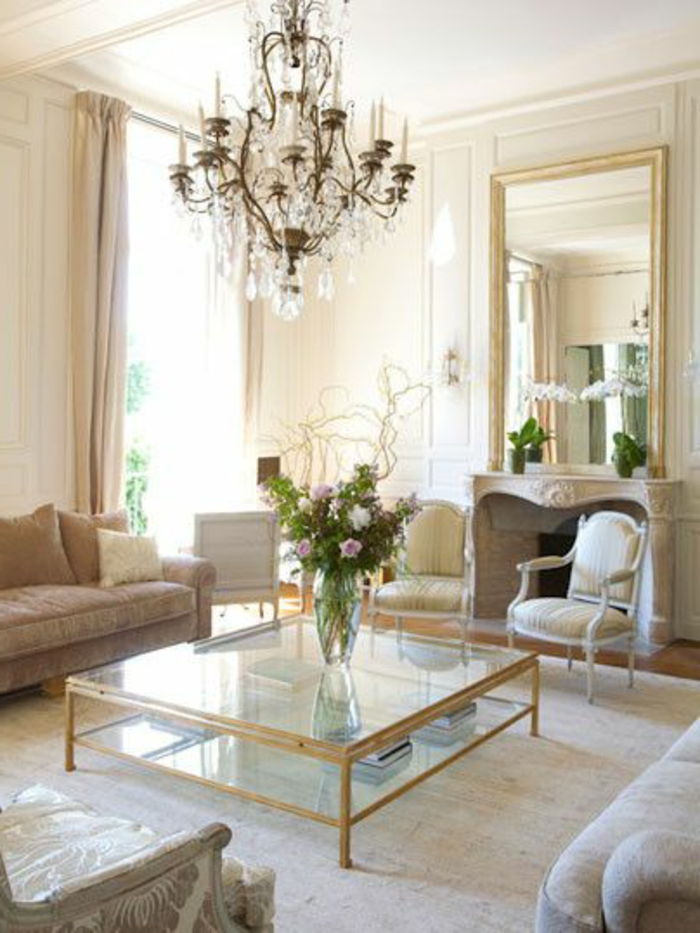 joli-salon-avec-lustre-baroque-en-crystal-et-table-verre-basse-de-salon-avec-fleurs