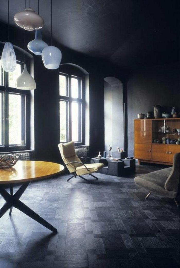 joli-salon-avec-sol-en-savon-noir-parquet-et-table-ronde-en-bois-clair-plafond-noir