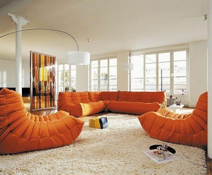 joli-salon-avec-tapis-blanc-et-meubles-ornages-murs-et-plafond-beiges-lampe-de-salon-arc