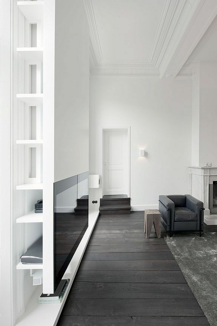 joli-salon-blanc-noir-avec-sol-parquet-noir-et tapis gris-parquet-chene-massif-dans-le-salon