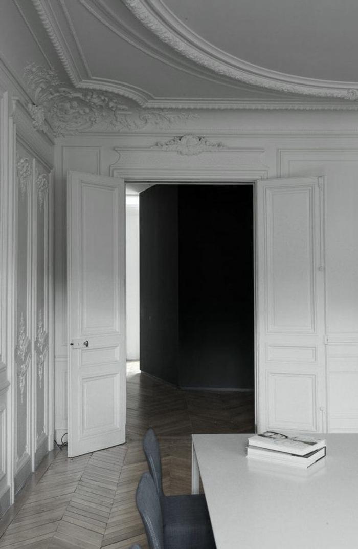 joli-salon-moderne-avec-moulures-decoratives-et-corniche-plafond-blanc-sur-le-plafond-blanc