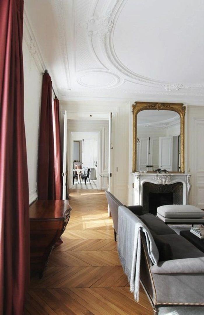 joli-salon-moderne-avec-rideaux-longs-rouges-et-parquet-clair-dans-le-salon-moderne