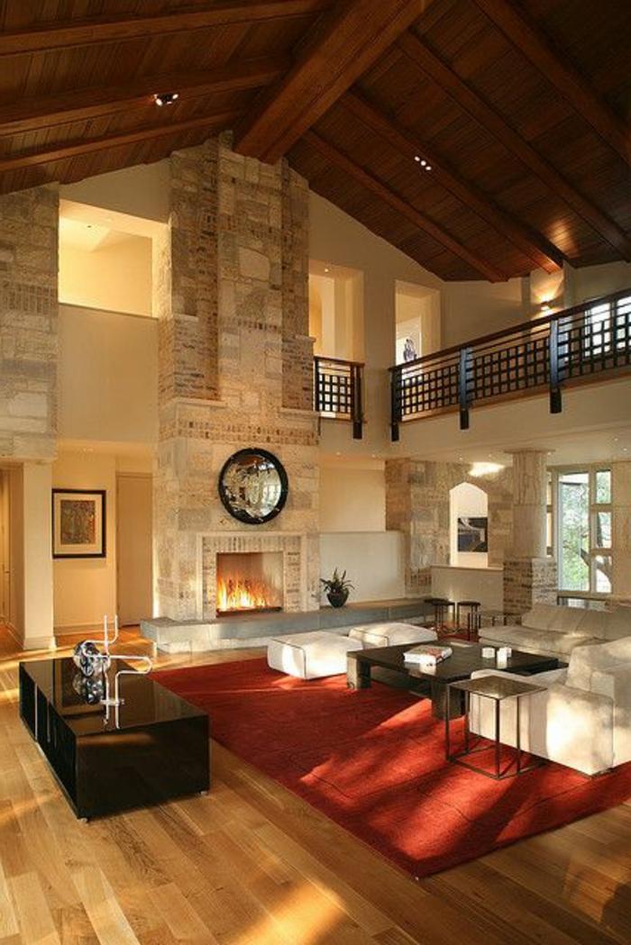 joli-salon-sous-combles-tapis-rouge-parquet-en-bois-clair-et-tapis-rouge-mur-beige