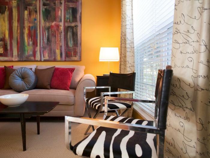 jolie-chaise-blanc-noire-fauteuil-zebre-et-un-petit-fauteuil-crapaud-zebre-avec-canape-beige-et-coussins