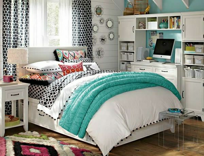 jolie-chambre-a-coucher-avec-couverture-blanc-sur-le-lit-sol-en-parquet-clair-mur-bleu-ciel