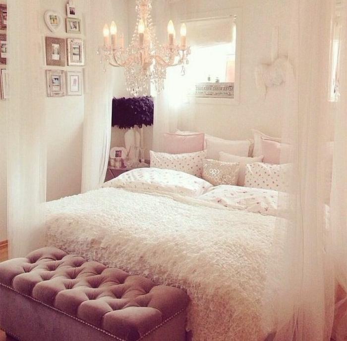 jolie-chambre-a-coucher-avec-rideaux-baldahin-blanc-et-bout-lit-ikea-baroque-lustre-cristal