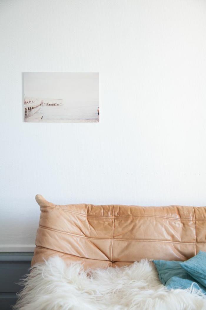 jolie-chauffeuse-pas-cher-en-cuir-beige-pour-le-salon-moderne-avec-murs-blancs