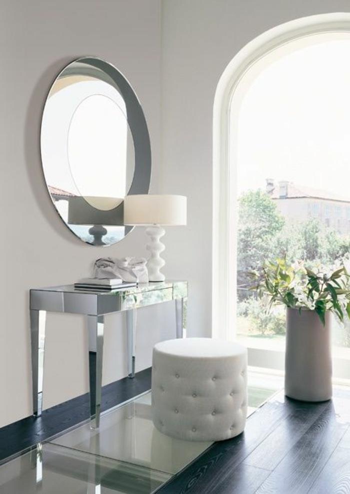 jolie-coiffeuse-avec-miroir-rond-et-tabouret-blanc-en-cuir-lampe-blance-pres-de-miroir