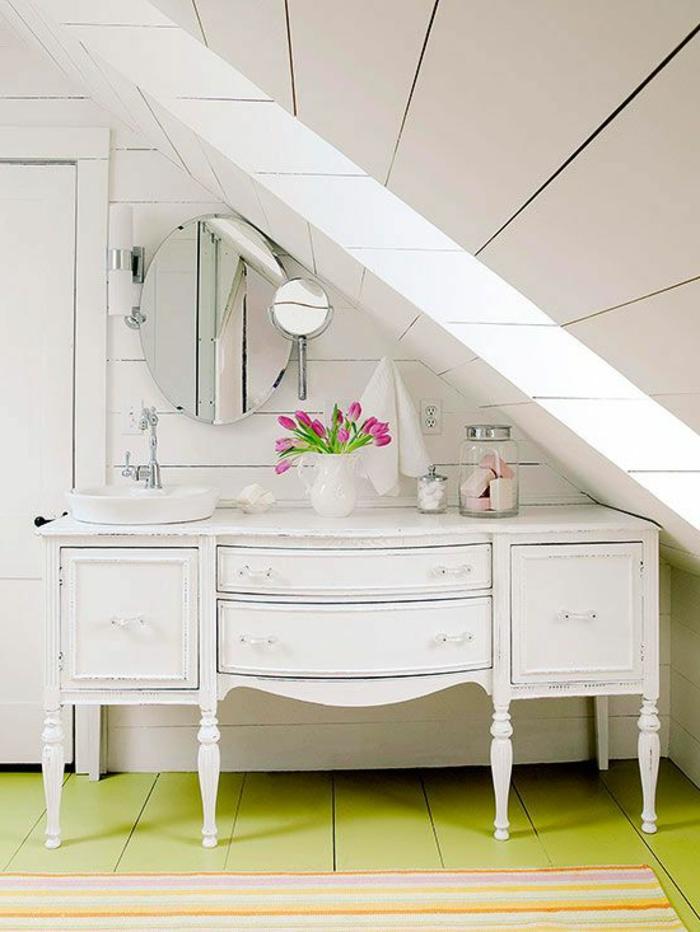 jolie-coiffeuse-ikea-en-bois-blanc-et-fleurs-tapis-coloré-sol-en-planchers-verts-mur-en-planchers-blancs