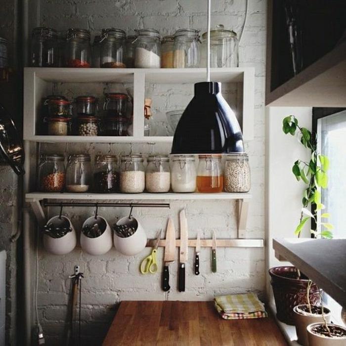 jolie-cuisine-avec-bocaux-en-verre-bocaux-conserve-pour-la-cuisine-rustique
