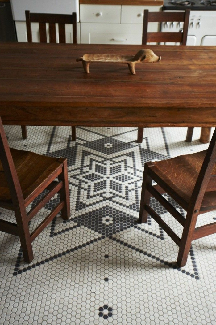 jolie-cuisine-avec-meubles-en-bois-massif-et-sol-en-mosaique-noir-et-blanc-table-en-bois-massif