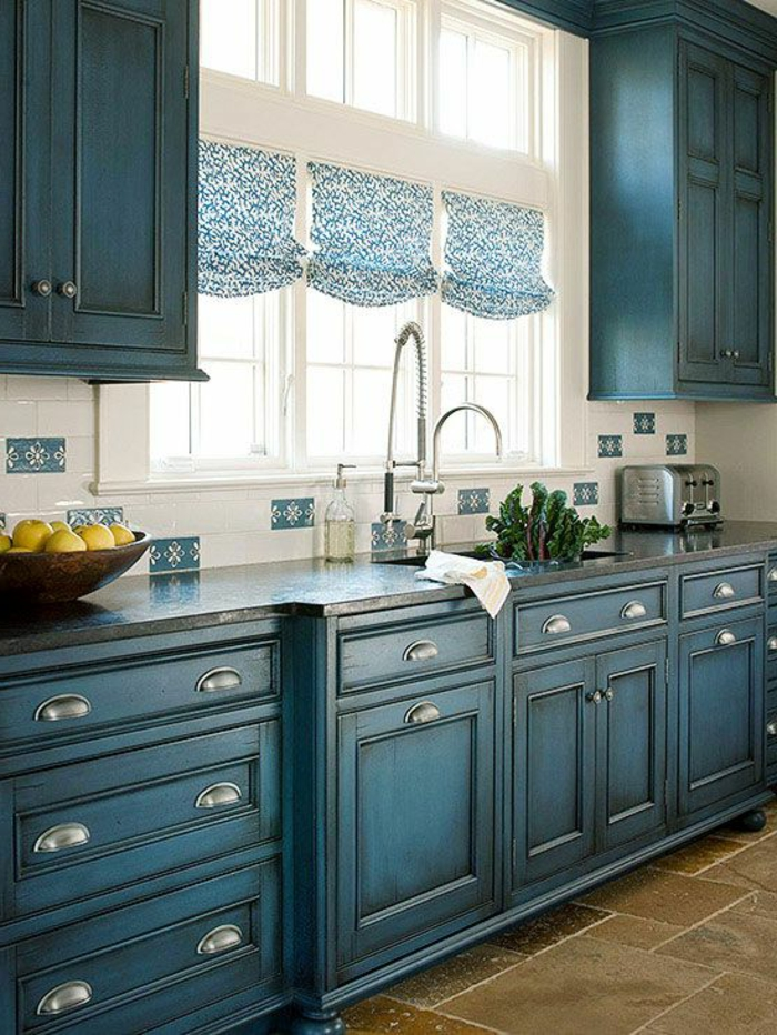 jolie-cuisine-avec-meubles-patines-de-couleur-bleu-sol-en-carrelage-marron-foncé
