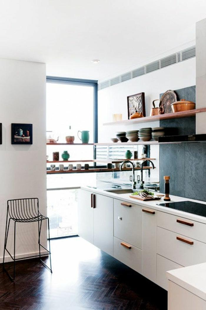 jolie-cuisine-avec-savon-noir-parquet-meubles-blanches-dans-la-cuisine-fenetre-grande-chaise-en-fer