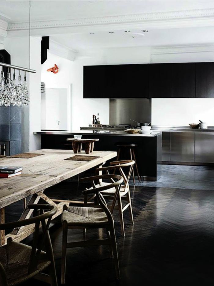 jolie-cuisine-avec-sol-en-savon-noir-parquet-table-et-chaises-en-bois-massif