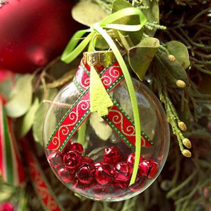 jolie-decoration-pour-l-arbre-de-noel-avec-boules-de-noel-transparentes