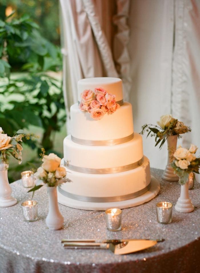 jolie-decoration-sur-la-wedding-cake-gateau-de-mariage-pièce-montée-au-vanille
