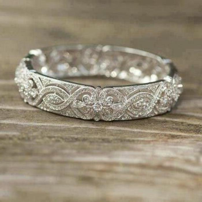 jolie-et-massive-bague-de-mariage-pour-elle-bague-mariage-mauboussin-avec-diamants