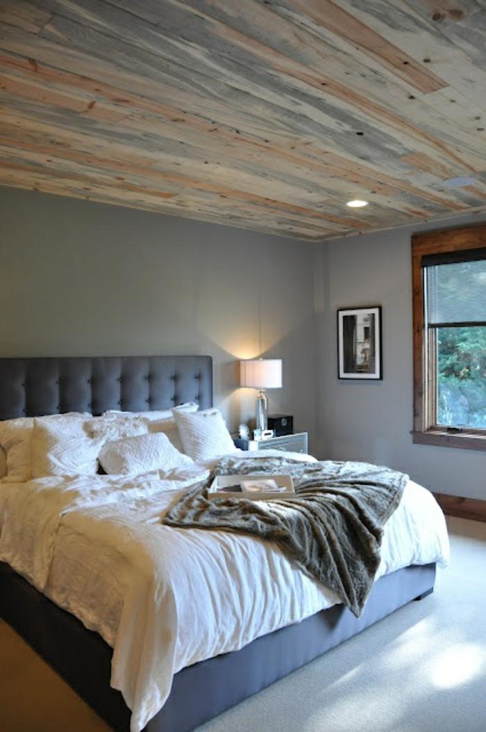 jolie-et-moderne-chambre-a-coucher-avec-tete-de-lit-captionnée-et-plafond-en-planchers