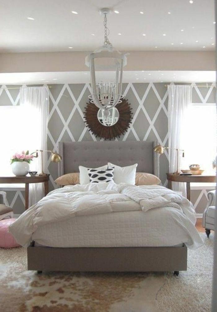 jolie-et-moderne-chambre-moderne-avec-lit-captionné-et-lustre-baroque-blanc-rideaux-longs