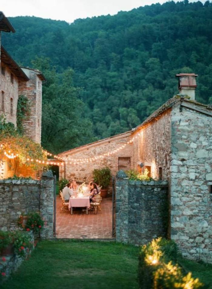 jolie-maison-familiale-et-rurale-a-la-campagne-maison-en-pierre-dans-le-foret