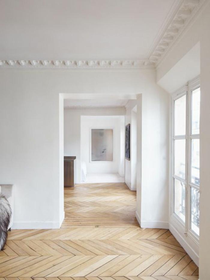 jolie-moulure-décorative-dans-le-salon-moderne-avec-sol-en-parquet-clair-murs-blancs