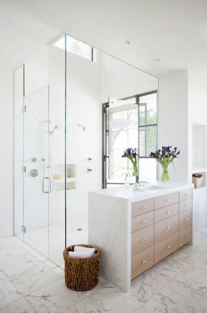 jolie-salle-de-bain-avec-fleurs-et-sol-en-dalles-de-marbre-modeles-salles-de-bains